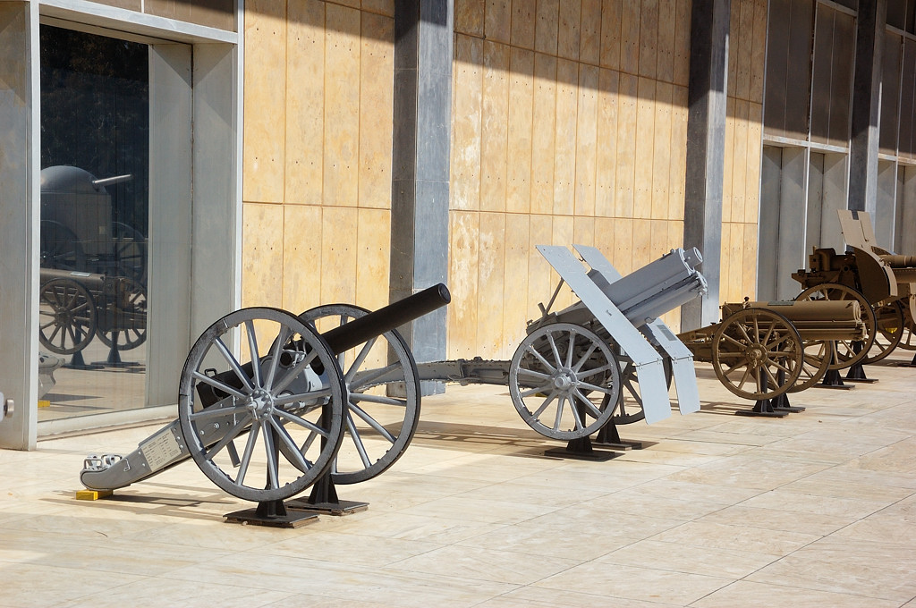 В военном музее. Техника на улице