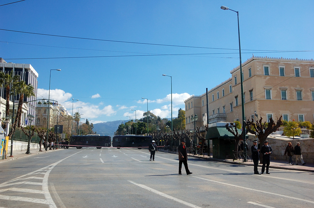 Дорога у парламента перегорожена полицией
