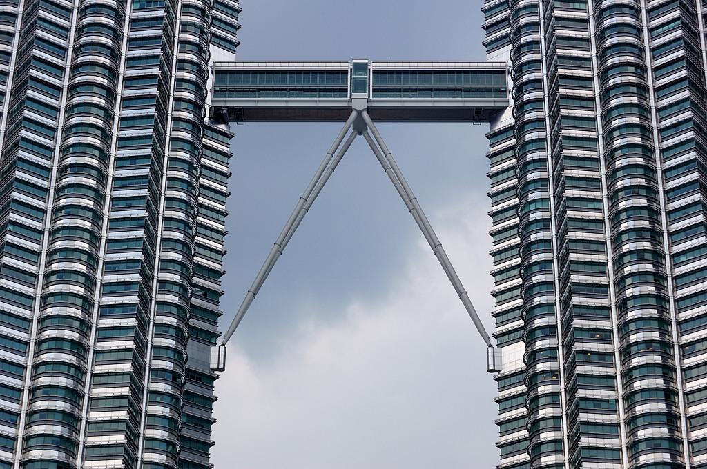 Sky Bridge - на этот мостик между башнями-близнецами водят туристов