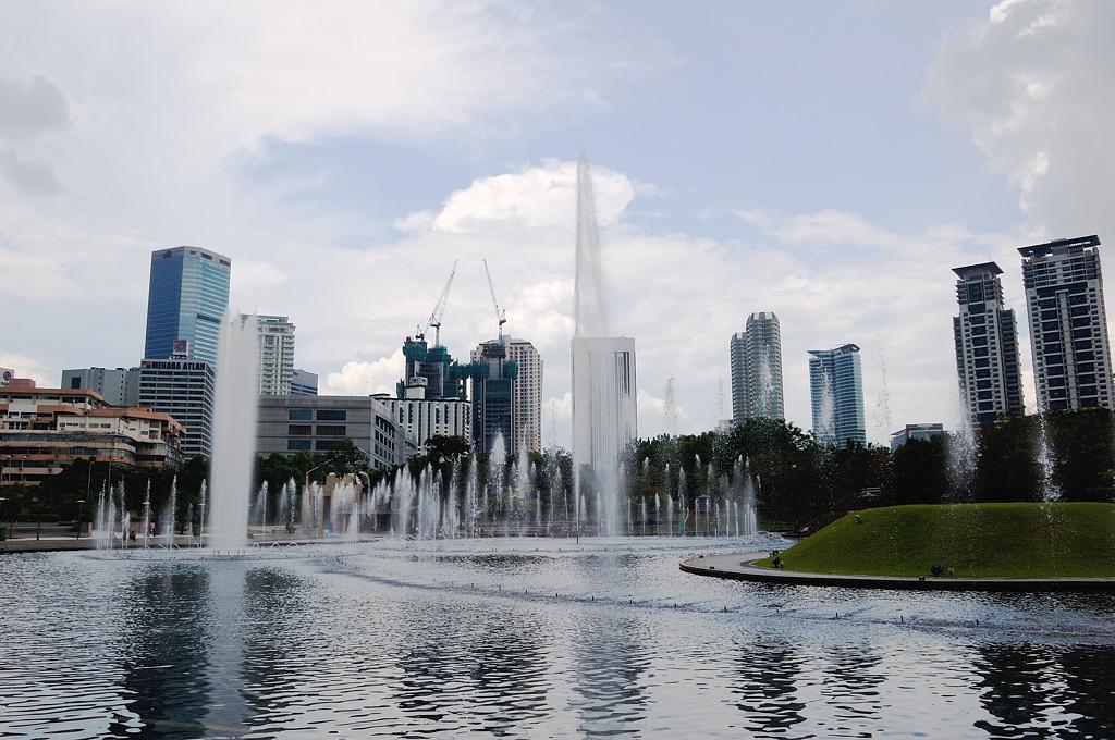Фонтаны в парке у башен-близнецов Petronas