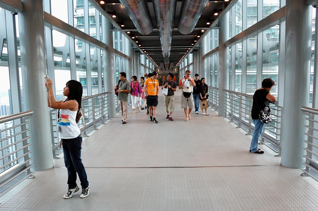 На мостике Sky Bridge между башнями-близнецами Petronas Towers