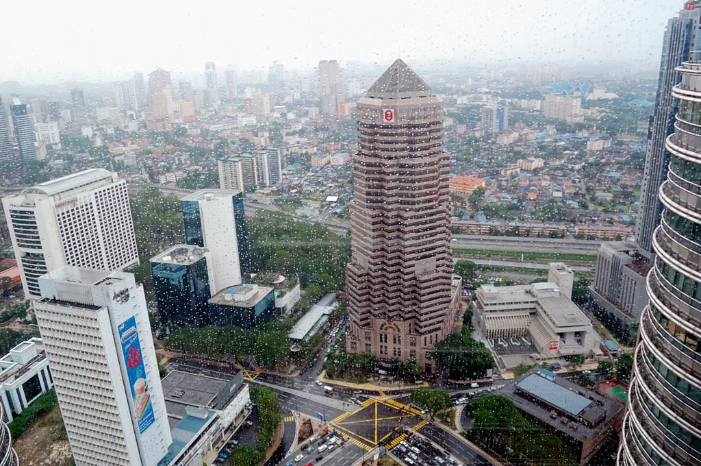 Вид на город с мостика между башнями-близнецами Petronas Towers