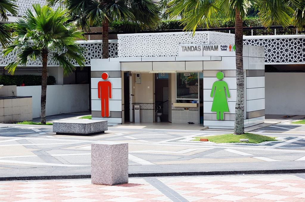 У входа в Национальную Мечеть. Исламский туалет. Почему исламский? А там рядом с мечетью у них все исламское :)