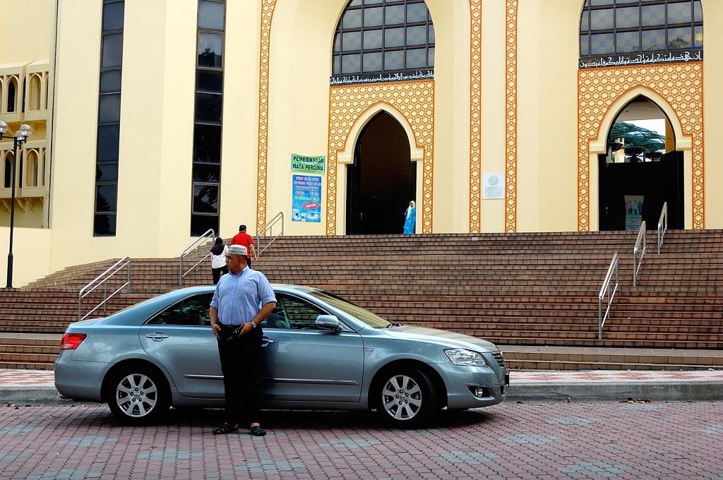 Моджахед на фоне музея исламского искусства