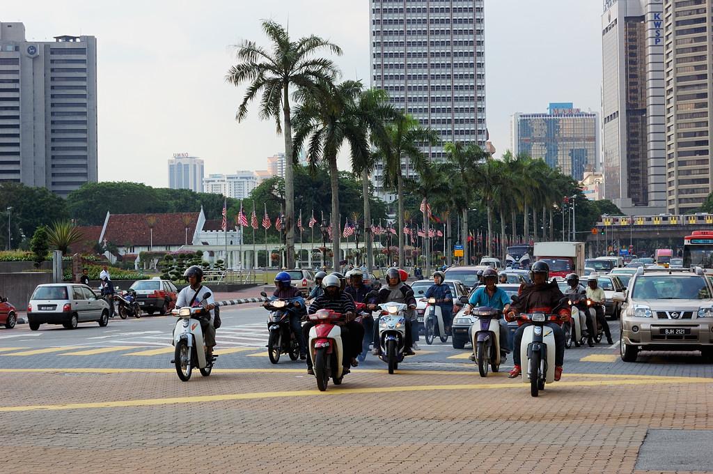 В городе очень много мотоциклистов. На светофоре они стартуют первыми