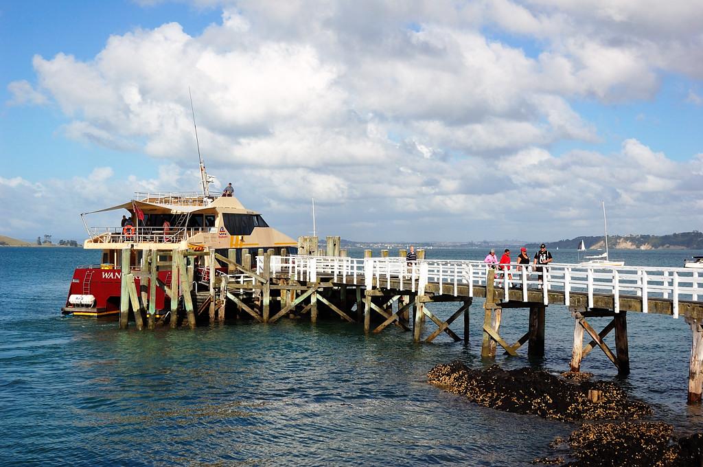 Кораблик причаливает к острову Рангитото