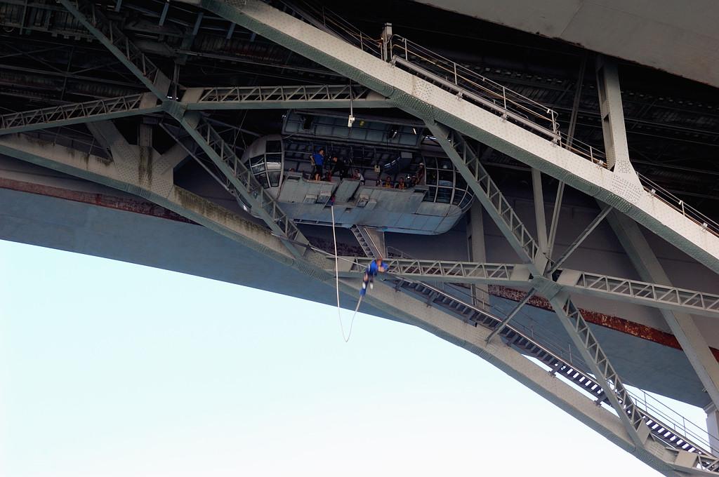 К проходу кораблика приурочен прыжок с моста