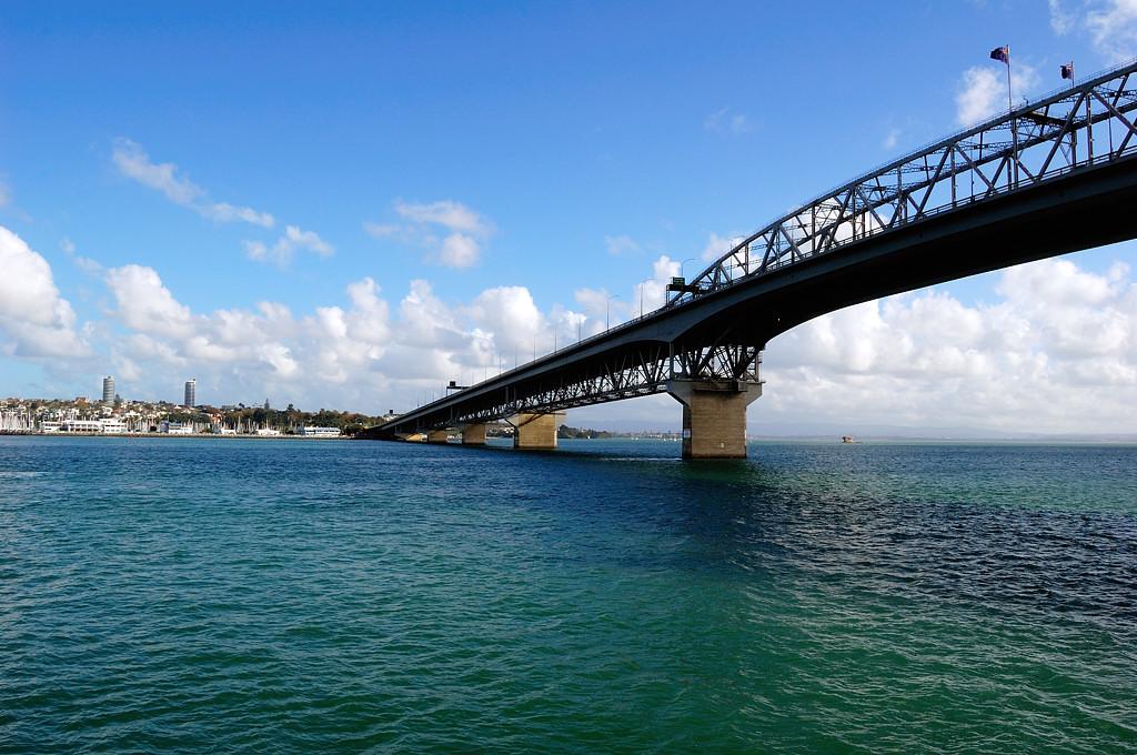 Кораблик проплывает под мостом Harbour Bridge
