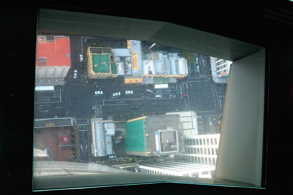 Прозрачный пол на смотровой площадке телебашни