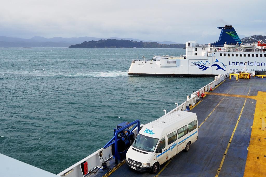 Паром Kaitaki выходит из Веллингтона. На заднем плане - паром Arahura возвращается с Южного острова