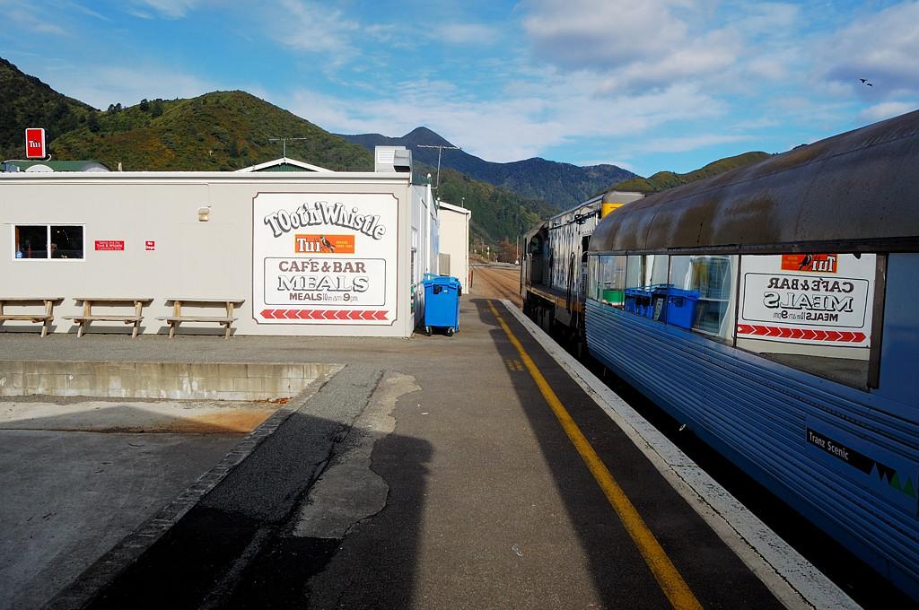 Пиктон. Поезд Tranzcoastal ждет пассажиров, опоздавших из-за шторма в проливе Кука