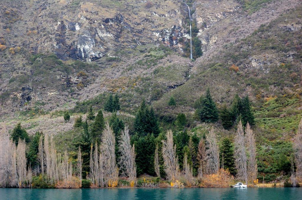 Горы и водопады на южном берегу озера Вакатипу