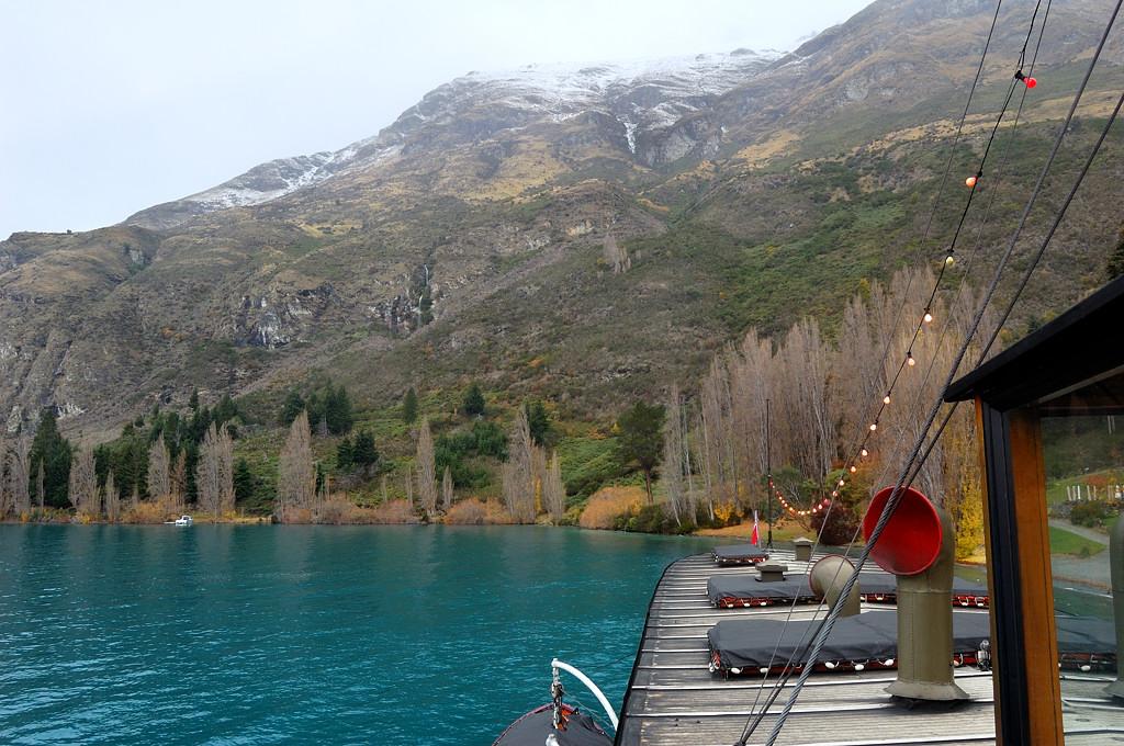 На пароходе по озеру Вакатипу. Вода там именно такого цвета