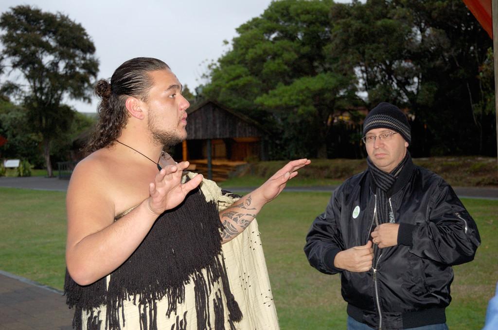 Экскурсовод маори объясняет, как происходит приветствие