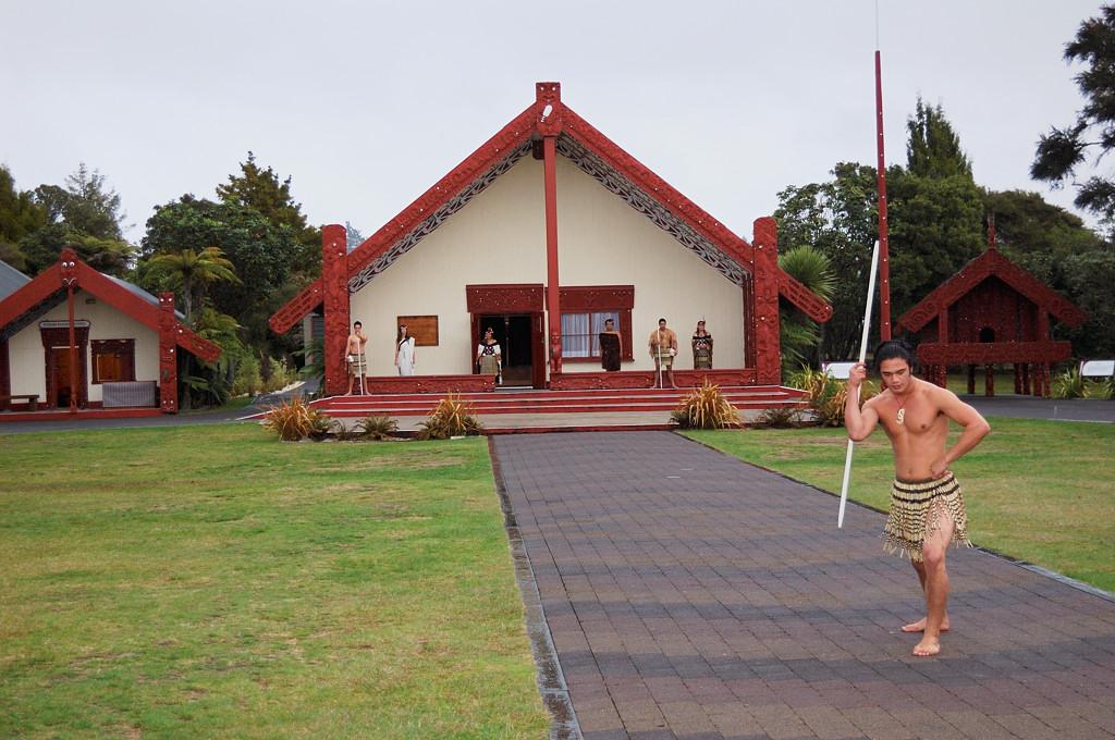 Традиционное приветствие маори. Воин с дикими криками выделывает упражнения с копьем