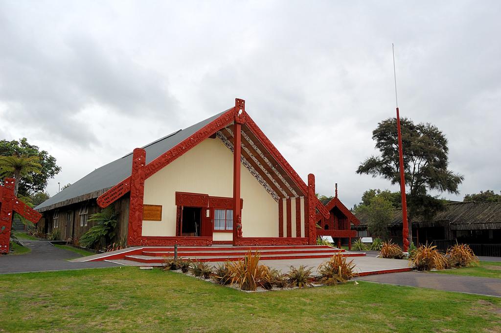 Этнографический музей Te Puia. Традиционный дом собраний маори (meeting house)
