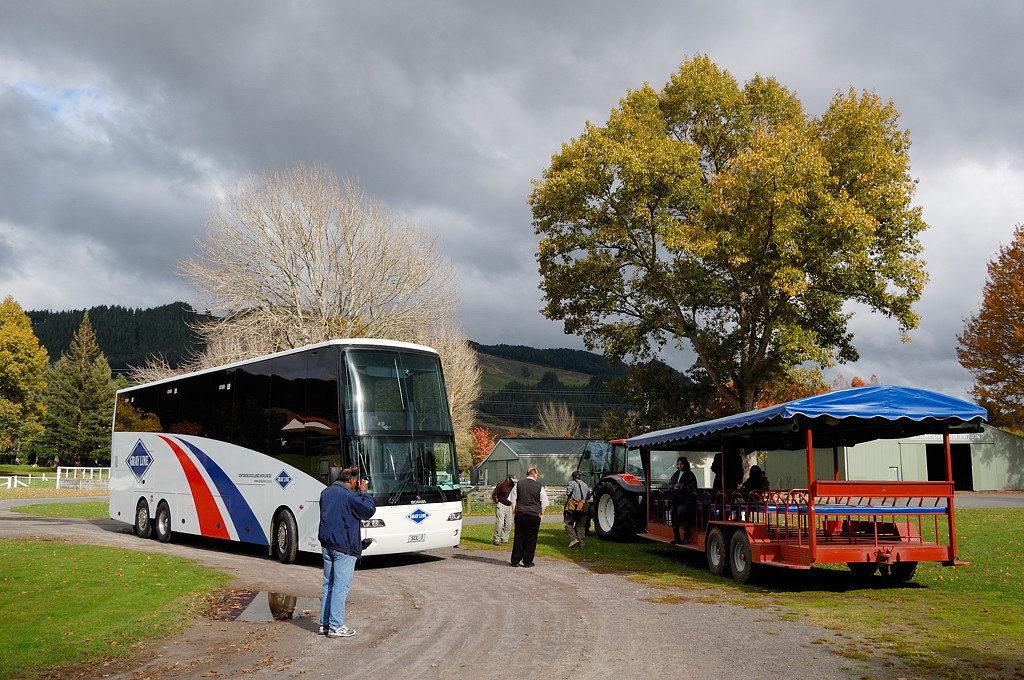 Сельскохозяйственное шоу Agrodome. Туристы пересаживаются с автобуса на трактор