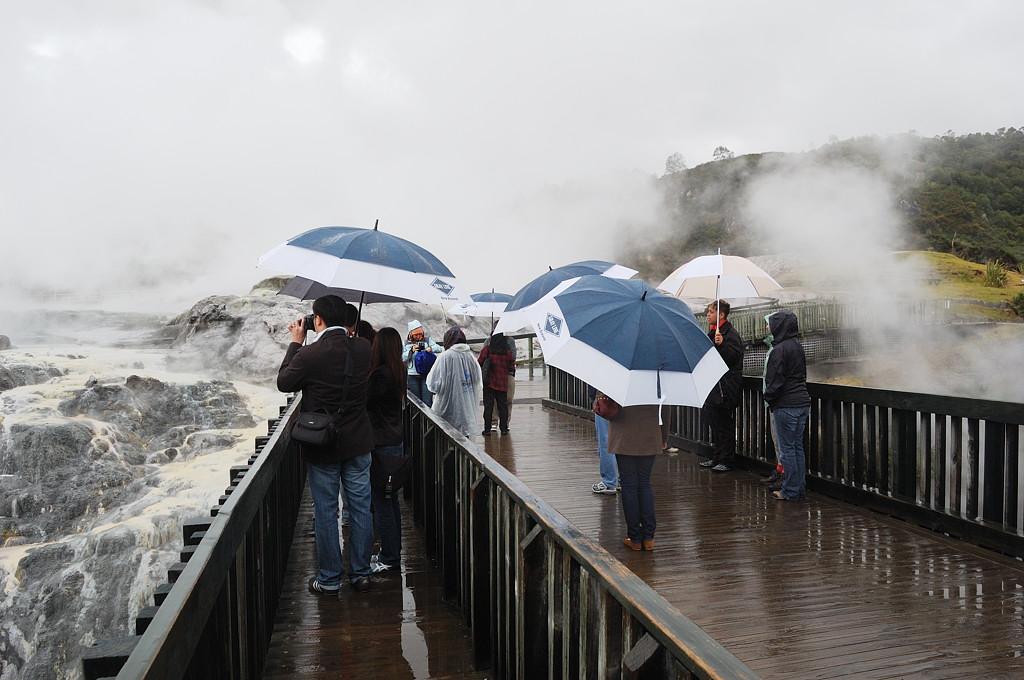 Долина гейзеров Вакареварева. Туристы у гейзера Похуту