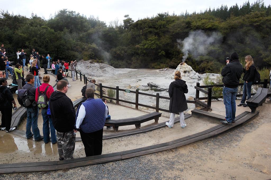 Публика ждет извержения гейзера Леди Нокс