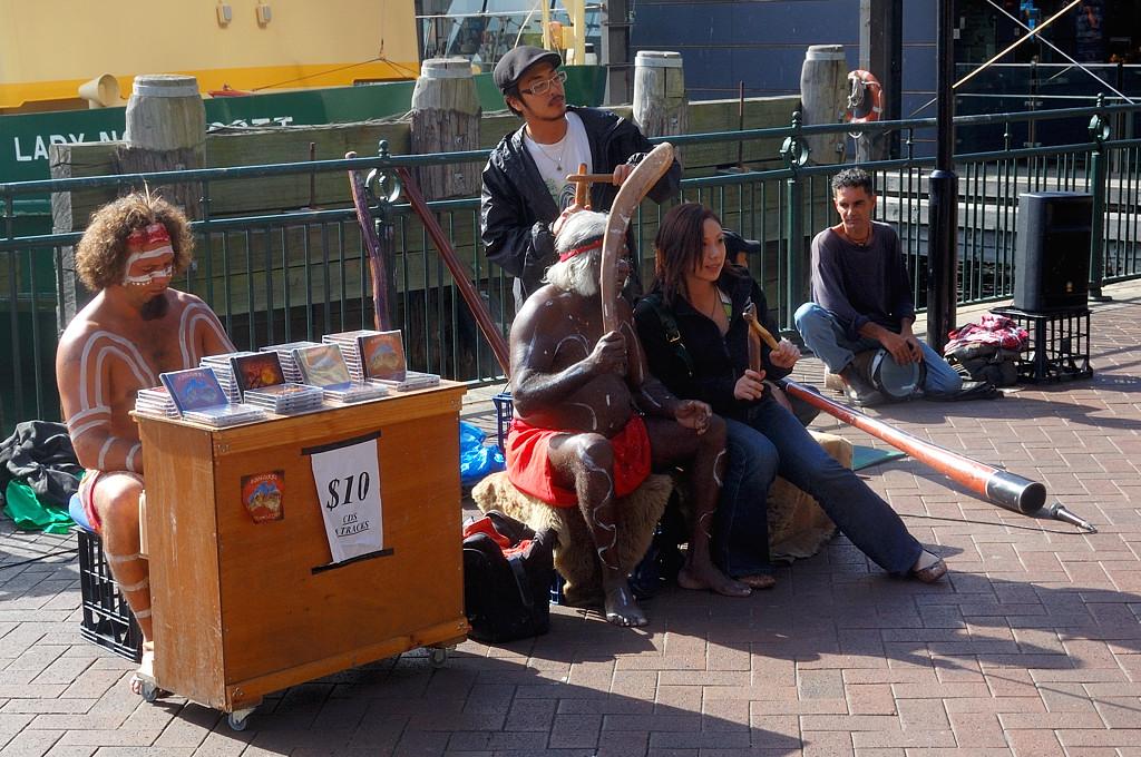Туристы фотографируются с австралийскими аборигенами