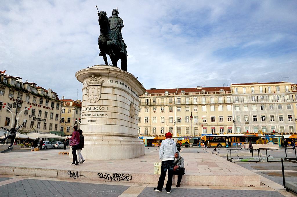 На площади Фигейра. Памятник Дон Жуану I