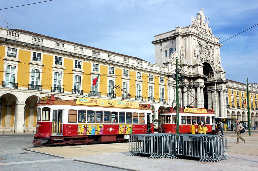 Трамваи на Торговой площади (Праса ду Комерсио)