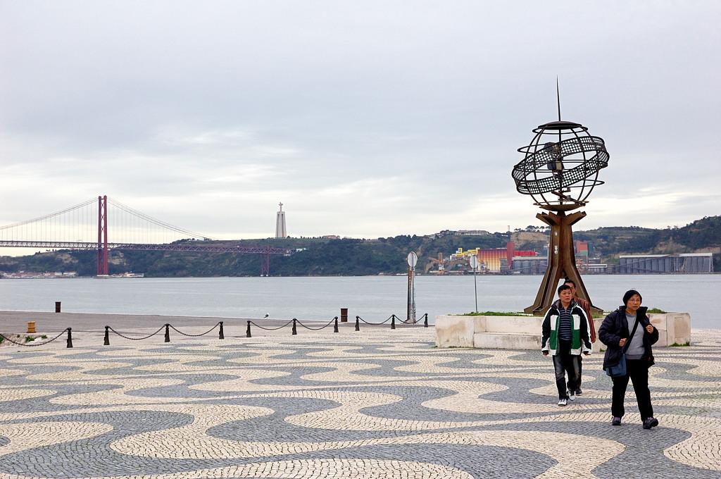 На набережной. Вдали видны мост 25 апреля и статуя Христа - Cristo Rei