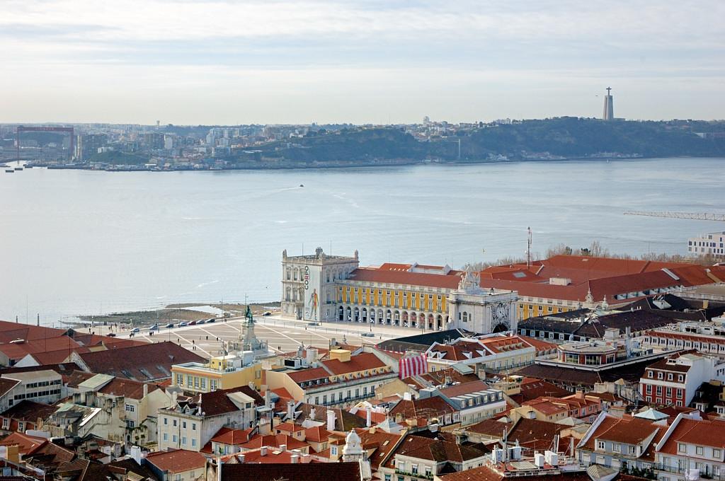 Вид на город с крепости Сан-Жоржи. Торговая площадь