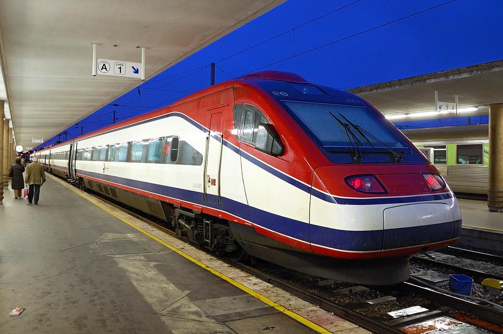 Поезд Лиссабон-Порту на вокзале Санта-Аполлония