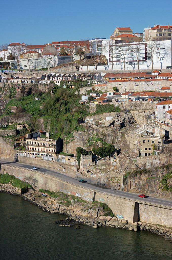 Вид с моста Ponte do Infante на набережную реки Дору