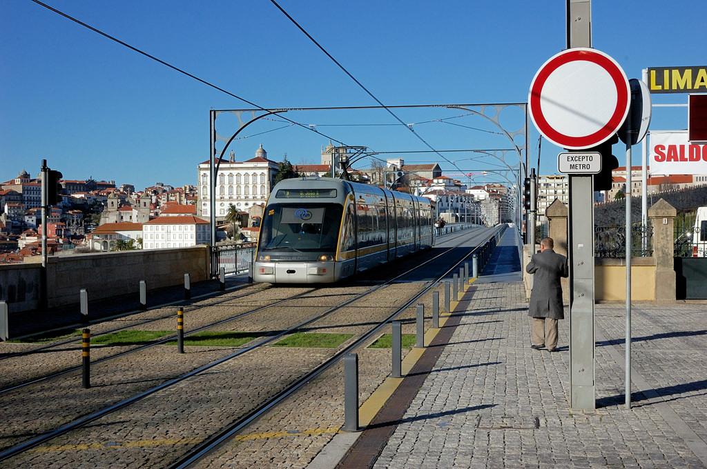 Поезд метро на мосту Луиша I
