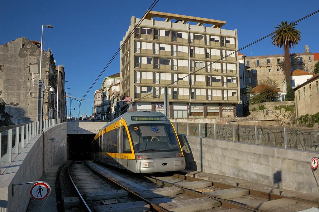 Поезд метро уходит с моста под землю