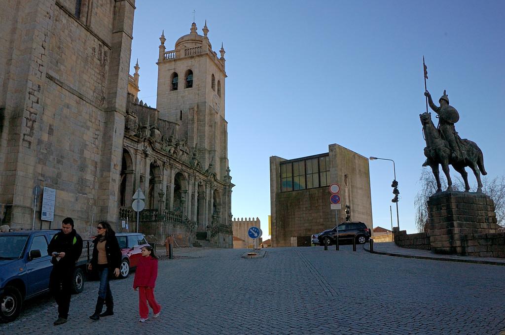 На площади у кафедрального собора Сэ