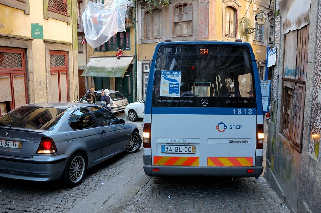 Автобус пытается повернуть на узкой улочке в районе Рибейра