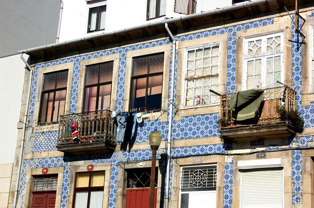 В Португалии обожают оформлять дома плитками с голубым рисунком -