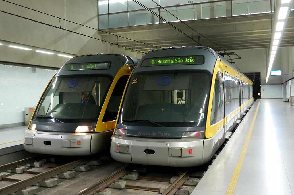 Поезда метро на станции Вокзал Кампанья