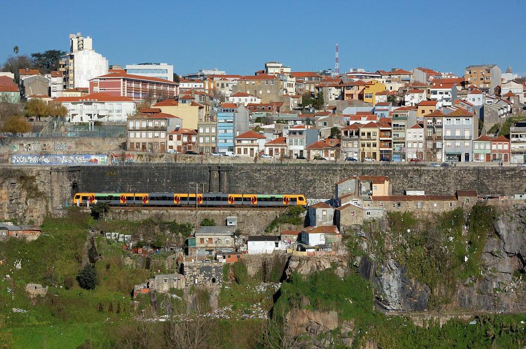 Поезд идет с вокзала Кампанья на вокзал Сан-Бенто