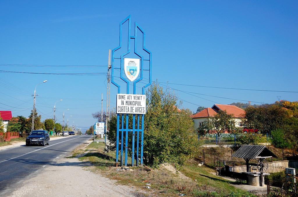 У въезда в город Куртя-де-Аржес