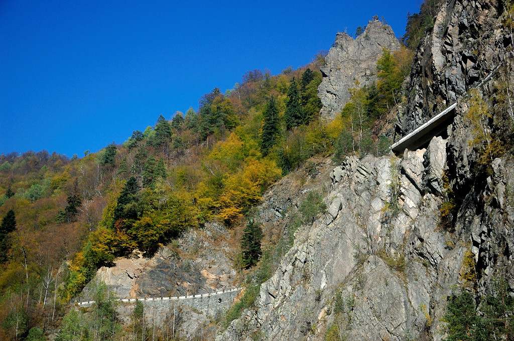 Вид на горную дорогу снизу