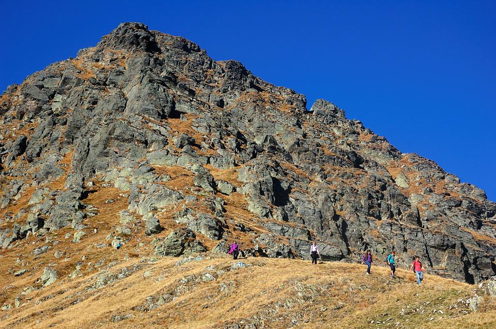 Туристы гуляют по горам