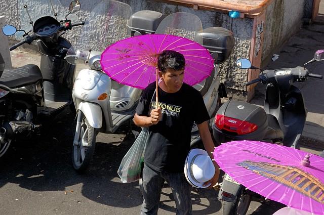 Торговцы китайскими зонтиками. Надпись на зонтике немного не в тему - ''Парфенон'' :)