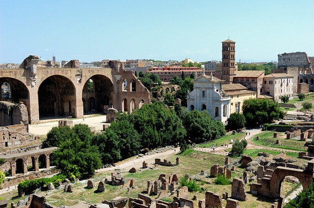 Вид с Палатинского холма на руины Форума. Справа вдали виден Колизей