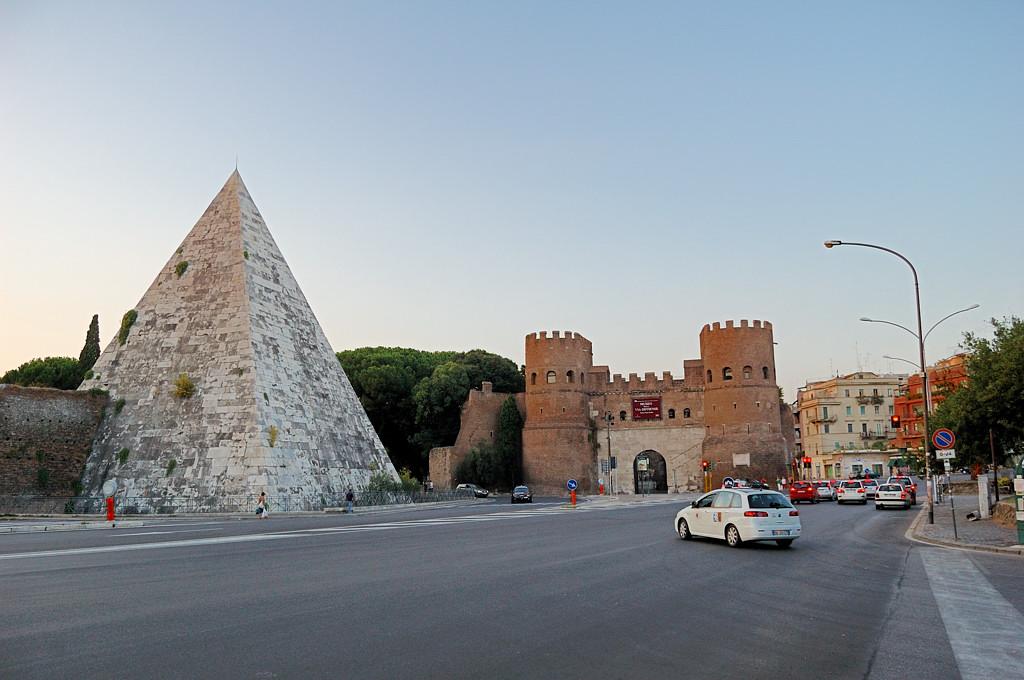 Пирамида Кайя Цестия и ворота Св. Павла