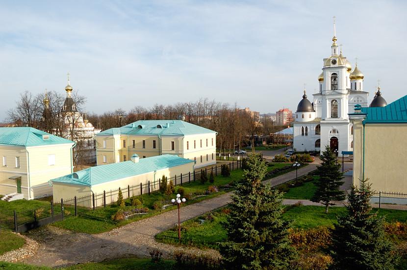 Постройки внутри Дмитровского Кремля