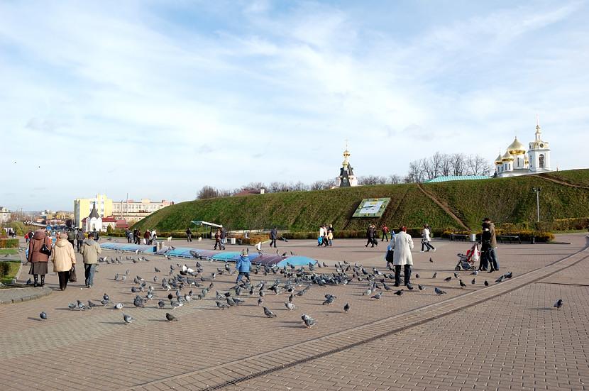 На площади у входа в Дмитровский Кремль