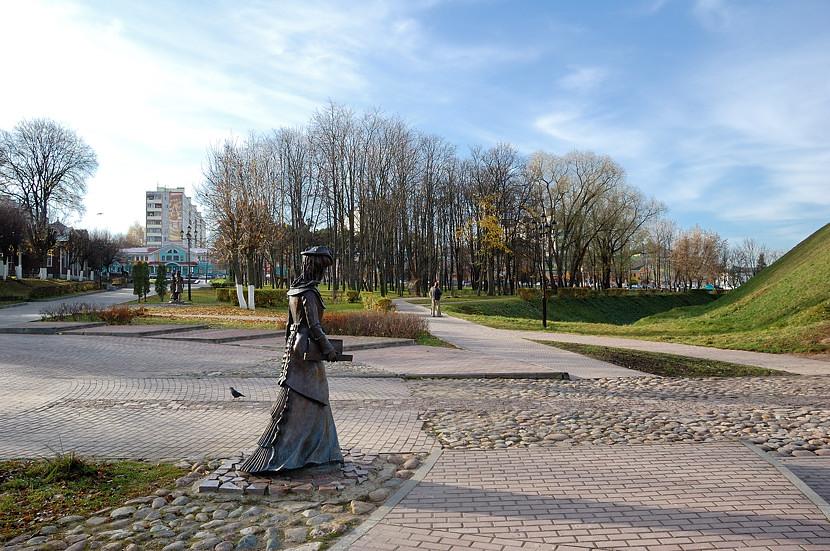 Такие фигуры стоят у входа в Дмитровский Кремль