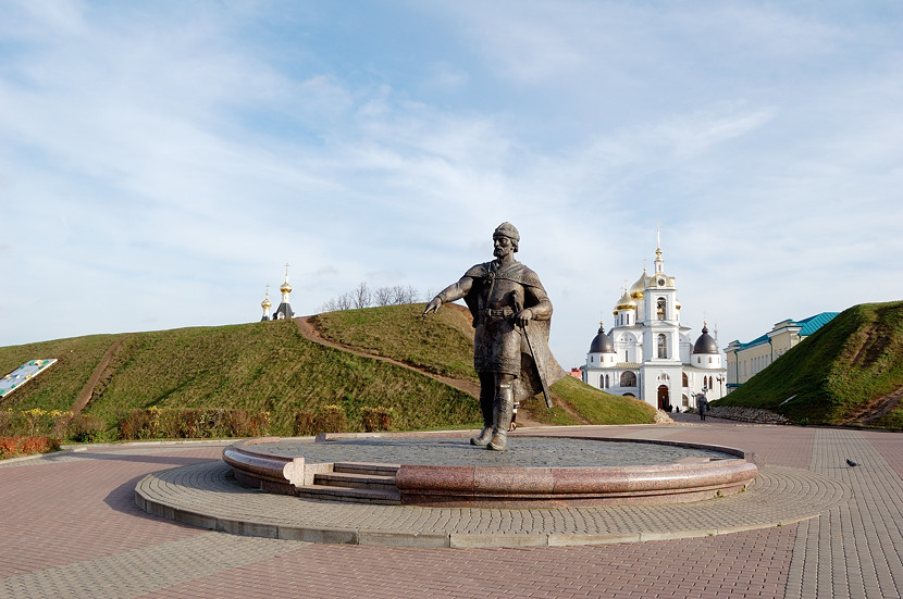 Памятник Юрию Долгорукому у входа в Дмитровский Кремль