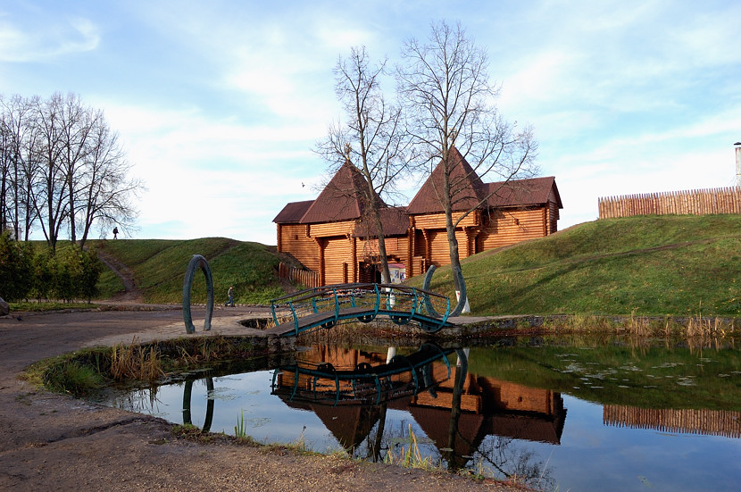 Дмитровский Кремль. В одном месте восстановлены бревенчатые ворота