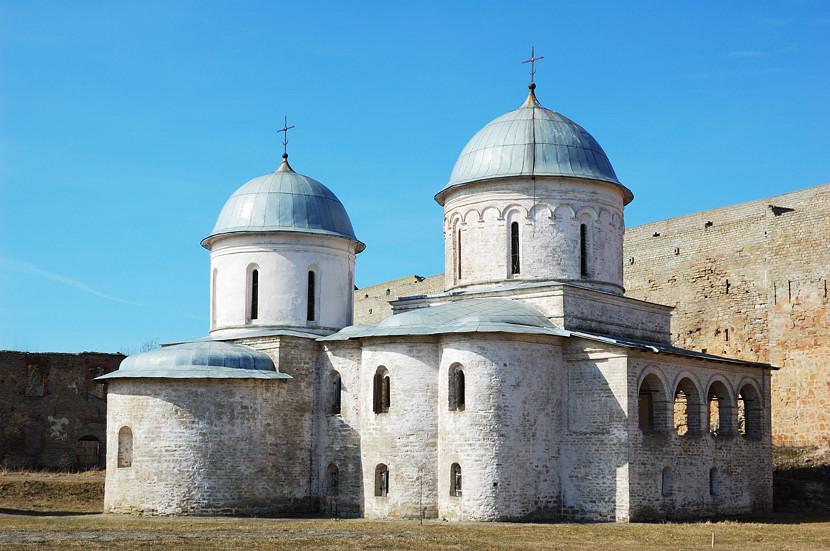 В Ивангородской крепости. Успенская и Никольская церкви