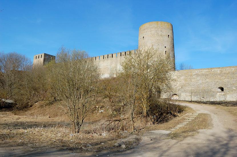 У входа в Ивангородскую крепость